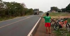 Malý chlapec prevrátil kamión. Šofér sa jednoducho nechal nachytať na jeho hru