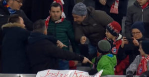 Dospelý fanúšik uchmatol dres hodený pre malého chlapca. Potom prišlo schladenie