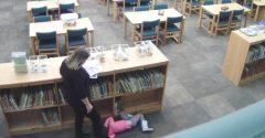 Učiteľka si myslela, že ju spoza skriniek nikto nevidí a kopla dievčatko. Všetko však zaznamenala kamera