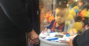 Chlapček v uviazol v hracom stroji po tom, ako si chcel odtiaľ vytiahnuť plyšové zvieratko