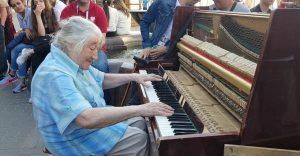 Nenápadná babička sa usadila za klavír a svojim výkonom pritiahla pozornosť desiatok okoloidúcich