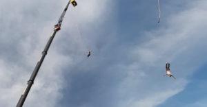 Po bungee jumpingu skončil v sanitke. Pri skoku z 92 metrovej výšky sa mu odtrhol postroj