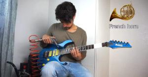 Muž napodobňuje na gitare rôzne hudobné nástroje. Pomáha mu v tom kompresor, ponožka, či bankovky
