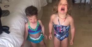 Otecko našiel perfektný spôsob, ako prinútiť svoje dve dcéry prestať plakať