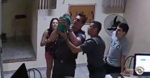 Policajti zachránili len 3-týždňové dusiace sa bábätko. Ich hrdinský čin zachytila kamera