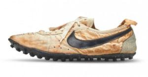 Výnimočný pár starých zažltnutých tenisiek značky Nike sa podarilo predať za viac ako 430 000 dolárov