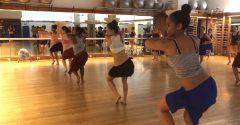 Azda nikde sa nevykrúca zadkami lepšie, ako v miestnej tanečnej škole na Tahiti