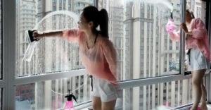 Ako umyť okno za pár sekúnd? Slečna to zvládla bezpečne aj na 20. poschodí