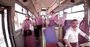 Šofér otvoril dvere autobusu skôr, aby vyvetral. Jedna z cestujúcich vystúpila