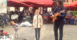 Otec presvedčil dcéru, nech na ulici zaspieva s miestnym muzikantom. Ľudia pochybovali o tom, či je to jej hlas