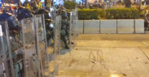 Polícia použila na protestoch v Hong Kongu slzný plyn. Zabudla však na protivietor