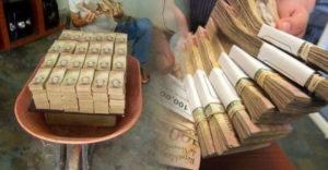 Viete koľko dolárov by ste dostali za táčky plné venezuelských bolivarov? Inflácia tu dosiahla obludné rozmery