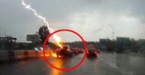 Blesk udrel do rovnakého auta hneď dvakrát. Svedkom na ceste prebehla pred očami smrť