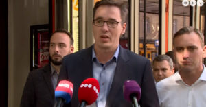 Maďarskému politikovi počas príhovoru dali jasne najavo, že patrí do cirkusu