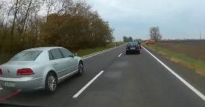 Šialený cestný manevér, veselo predbiehal počas ťahania