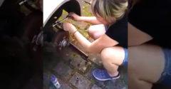 Natočil priateľku ako sa snaží opraviť auto. Dlho sa tak nepobavil