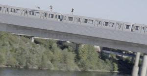 Nerozvážni mladíci skákali z idúcej vlakovej súpravy rovno do Dunaja. Stačila jedna chyba a nemuseli byť nažive