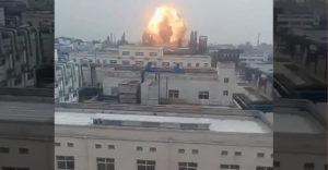 Ísť k oknu a sledovať výbuch továrne nebol najlepší nápad