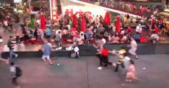 Time Square zachvátila panika po tom, ako motorkárovi strelil výfuk