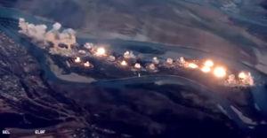 USA zhodilo na bojovníkov IS bomby vážiace 36 000 kg. Zverejnili video z útoku