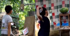Karty v rukách malého chlapca sú niečo ako zbraň