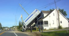 S nákladiakom pristál na streche domu