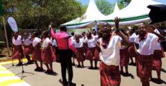 Africké deti spievajú slovenskú ľudovku. Ich prevedenie má celkom slušný šmrnc