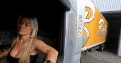 Blondínka za volantom kamiónu. Parkovanie zvláda bravúrne