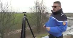 Policajt chcel ukázať, ako bude spoza stromov merať rýchlosť (Zostal na smiech)