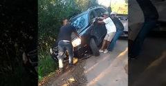 Chceli vytiahnuť auto, ktoré zapadlo nad útesom (Pretrhnuté lano)