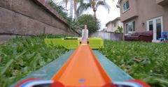 S kamerou na HotWheels aute. Postavil si obrovskú dráhu cez celú záhradu