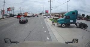 Vodič kamiónu si prechádzajúceho cyklistu vôbec nevšimol