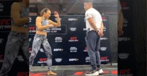 MMA bojovníčka sa pokúša kopnúť mužovi priamo pred tvár (Len poď bližšie)