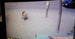 Kuriér hrdinom dňa! Zachránil dieťa v kočíku valiace sa do premávky