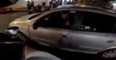 Motorkár kopol do zrkadla na aute. Vodič ho zato zrazil a poslal k zemi