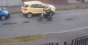 Motorkár sa zabával ničením zaparkovaných áut. Dovtedy sa chodí s krčahom po vodu, až kým sa nerozbije