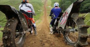 Vyliezť na prudký a členitý kopec sa ukázalo ako nemožné aj na modifikovaných motorkách (Padali ako hnilé hrušky)