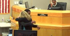 Brat zavraždeného objal vrahyňu priamo na súde. Svojou rečou dojal k slzám aj sudkyňu (Titulky)