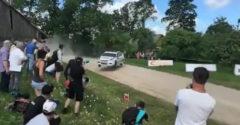Zázrak, že to vôbec ustál. Rally pretekár preletel zákrutou bez kontaktu s vozovkou