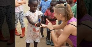 Ako jednoducho potešiť deti v Afrike? Radovali sa všetci okolo