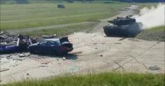 Čo sa stane s autom, keď po ňom prefrčí rozbehnutý tank?
