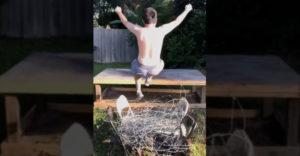 Dostal som skvelý nápad, pozeraj! Vyzlečený skočím na ostnatý drôt