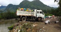 Triedenie a recyklácia odpadu v Peru. Smeti si vozia nákladnými autami rovno do Amazonky