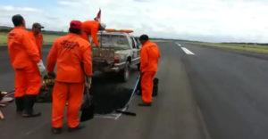 Chyba v organizácii. Pracovníci údržby makali na dráhe, keď na nej pristávalo lietadlo