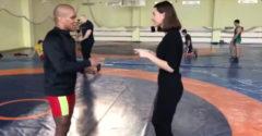 Počas rozhovoru ho požiadala, aby jej ukázal nejaký zo svojich zápasníckych ťahov