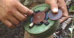 Chlapík z Kambodže ukazuje, ako zneškodniť nášľapnú mínu