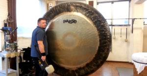 Majster zahral na 2 metrový symfonický gong