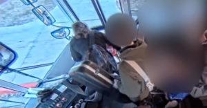Vodič autobusu privrel v dverých školáka a ťahal ho 45 metrov