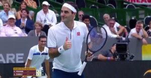 Fanúšik poprosil Federera, nech sa nehýbe. Chcel si spraviť dobrú fotku