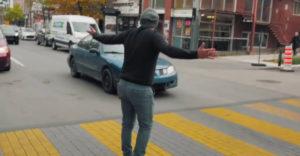 Ako prinútiť vodičov zastaviť pred prechodom pre chodcov